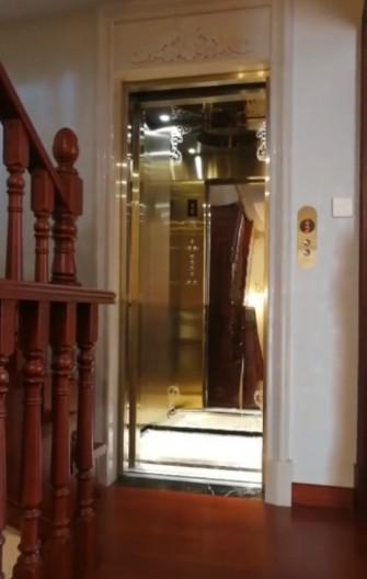 步行楼梯和家用电梯一起的图片