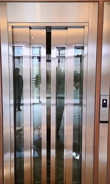 四门家用电梯展示图