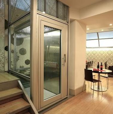 客厅楼梯间的别墅电梯