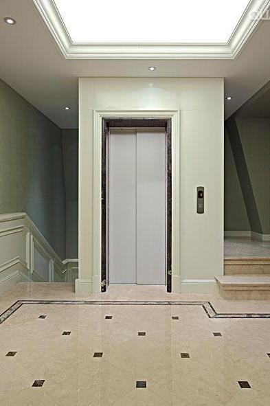 位于大厅中间的家用电梯