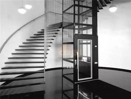 螺旋楼梯中间的全景家用电梯