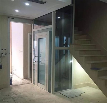 楼梯下的家用电梯