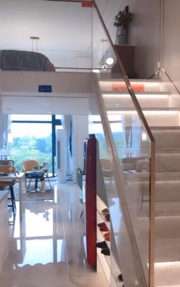 成都小型别墅电梯和楼梯安装在一起