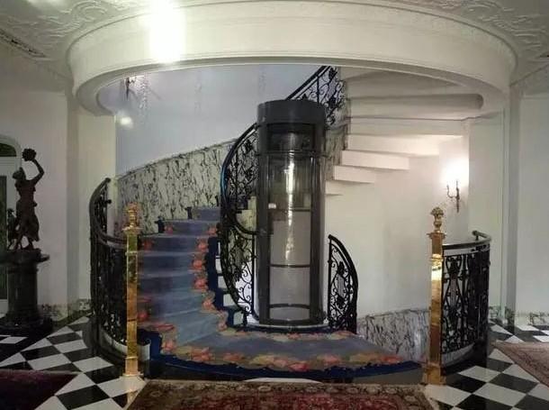 奥里斯在成都都江堰安装一的台圆弧式别墅电梯相当的大气