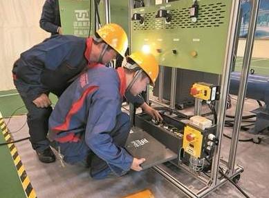 成都电梯维修工人正在进行维修作业