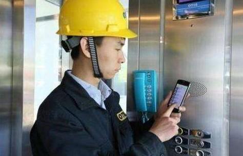 成都电梯维修人员正在用检测仪测试电梯系统