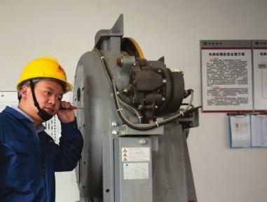 成都电梯维修工程师正在对电梯驱动电机进行检修
