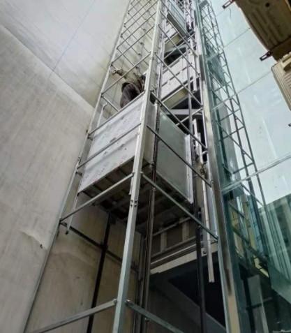成都牧马山一台六层高的家用电梯正在维修中