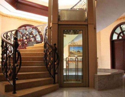 家用电梯安装在楼梯旁边显得很漂亮,也很搭配
