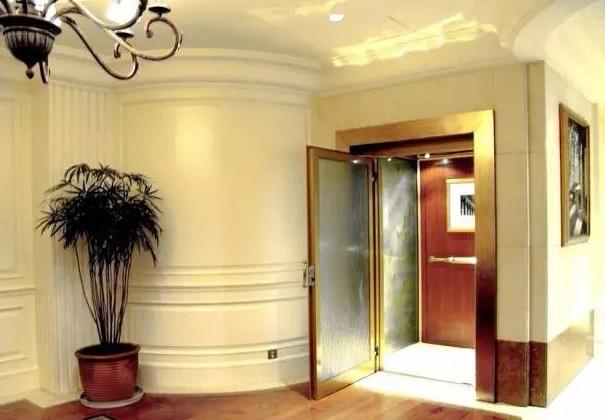 位于楼梯边上的别墅电梯