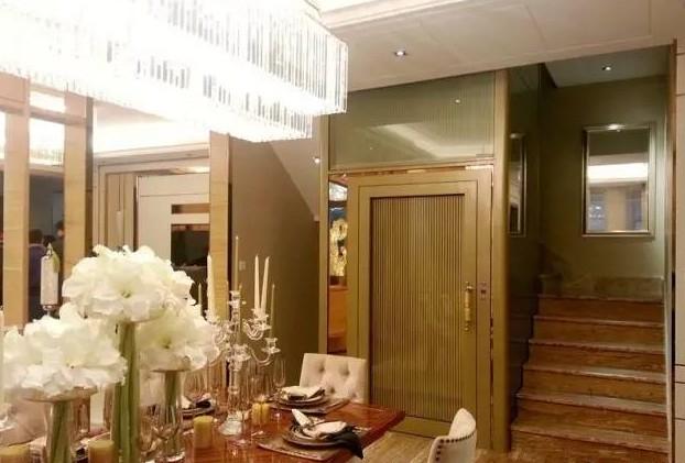 温馨的家中装着一台家用别墅电梯相当的显眼