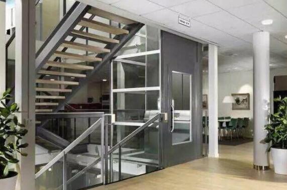 别墅家用电梯和行走楼梯都很好看