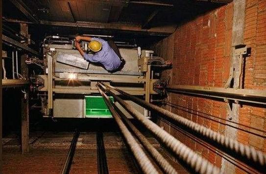 电梯进入井道进行维修作业