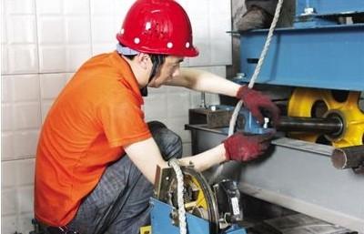 电梯维修工正在检测驱动电梯故障
