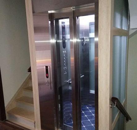 安装好的小型家用电梯