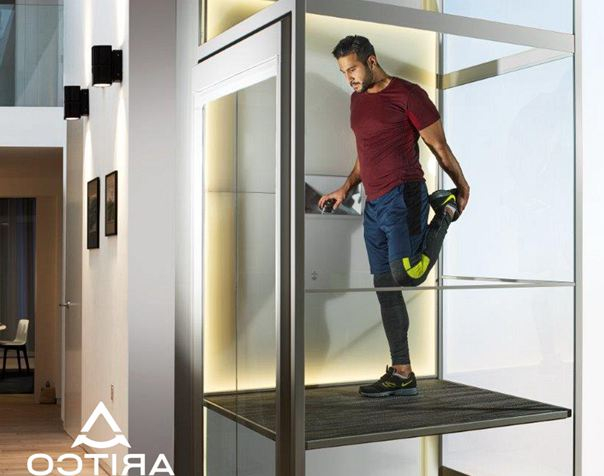成都维修工作人员正在检查电梯