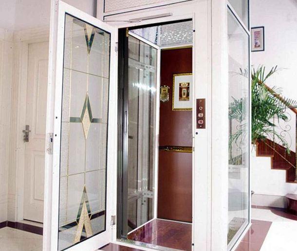 安装在楼梯旁边的别墅家用电梯